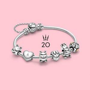 L''ensemble des charms des 20 ans sur le bracelet!