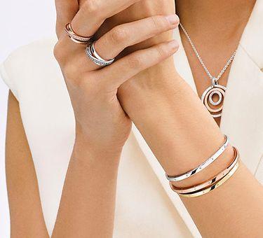 Collier triple anneau porté